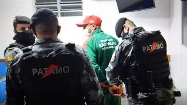 Fotbalista William Ribeiro při zatýkání