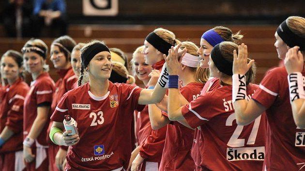 Adéla Bočanová se zdraví se spoluhráčkami. Ve čtvrtfinále proti Dánkám nastřílela hattrick.