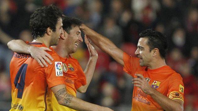 Cesc Fábregas (vlevo) bude svému týmu pár týdnů chybět.