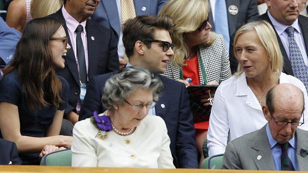 Finále Wimbledonu sledovaly i Martina Navrátilová (vpravo) nebo herečka Keira Knightley (zcela vlevo).
