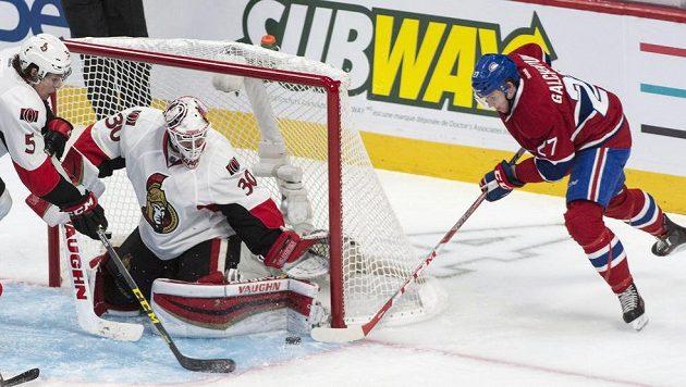 Andrew Hammond v bráně Ottawy čelí ataku montrealského Alexe Galchenyuka v úvodním utkání prvního kola play off NHL.