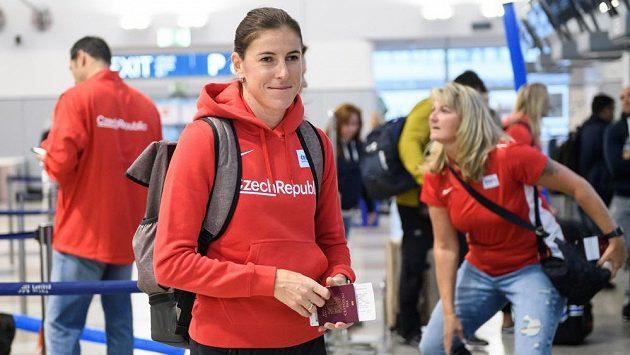 Zuzana Hejnová během odletu na atletické MS do katarského Dauhá.