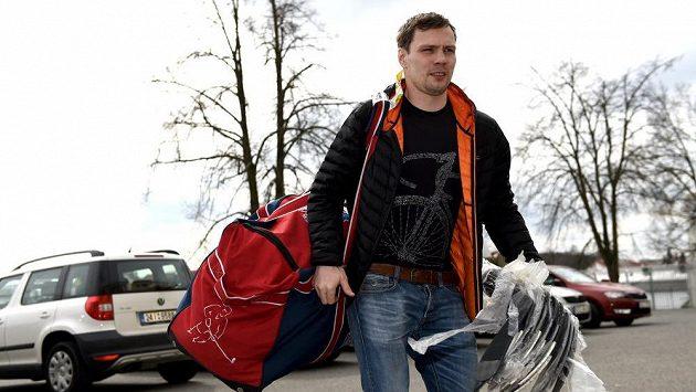 Hokejista Ondřej Němec přichází na srazu hokejové reprezentace.