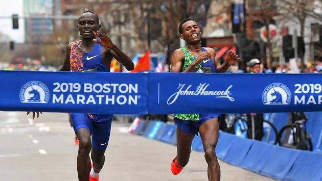 Letošní maraton v Bostonu se uskuteční 11. října, pokud to pandemická situace umožní. Na snímku z dubna roku 2019 probíhají cílem vítěz Lawrence Cherono (vlevo) z Keni před Lelisou Desisou z Etiopie.