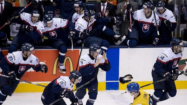 Hokejisté Slovenska do dvaceti let se radují z výhry nad Švédskem a zisku bronzových medailí na juniorském šampionátu.