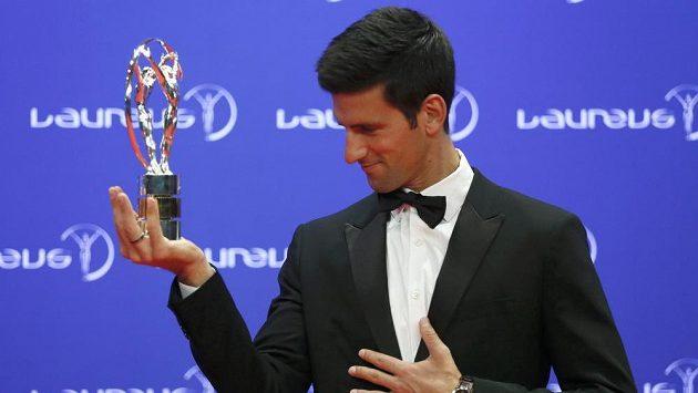 Srbský tenista Novak Djokovič s oceněním Laureus pro nejlepšího sportovce za uplynulý rok.