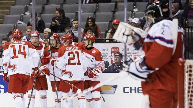 Dánští hokejisté do 20 let se radují z gólu, který vstřelili na MS českému výběru.
