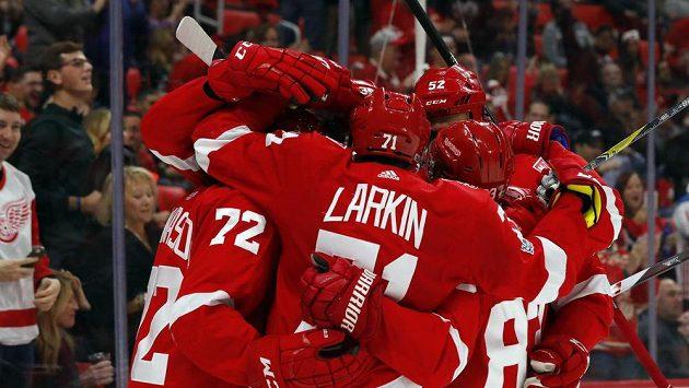 Hokejisté Detroitu se radují ze vstřelené branky proti Arizoně.