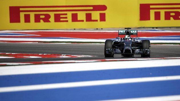 Pilot Mercedesu Lewis Hamilton při tréninku na okruhu v Austinu.