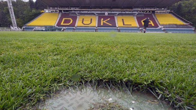 Trávník na Julisce byl před zápasem Dukly s Brnem nasáknutý vodou, proto se nehrálo.