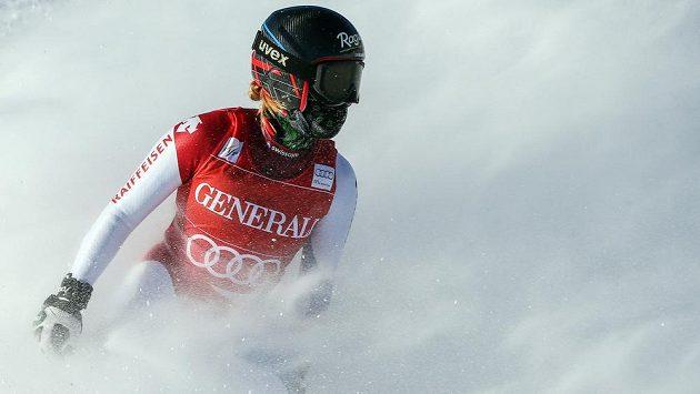 Švýcarská lyžařka Lara Gutová brzdí v cíli super-G v Lake Louise.