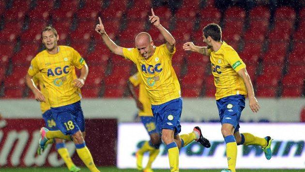 Hráči Teplic Ivo Táborský (uprostřed) a Admir Ljevakovič oslavují gól Teplic.