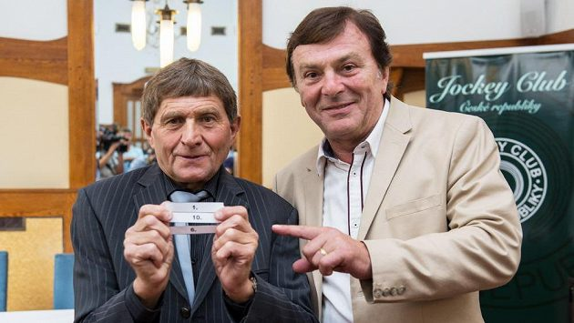 Žokej Josef Váňa (vlevo) a herec Pavel Trávníček během losování startovních čísel na 126. ročník dostihového závodu Velká pardubická.