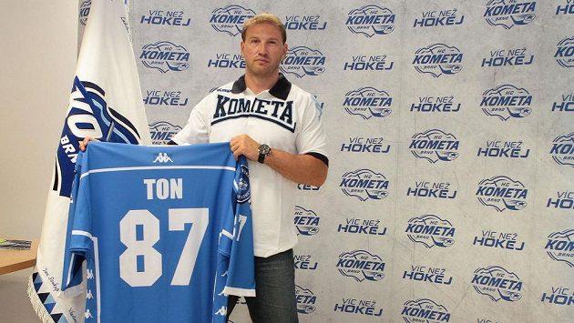 Nejproduktivnější hráč uplynulého ročníku hokejové extraligy Petr Ton bude v nadcházející sezóně hrát za Kometu Brno.