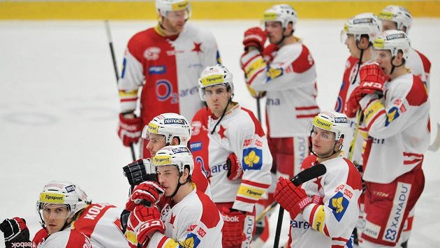 Zklamaní hokejisté Slavie po porážce v Mladé Boleslavi