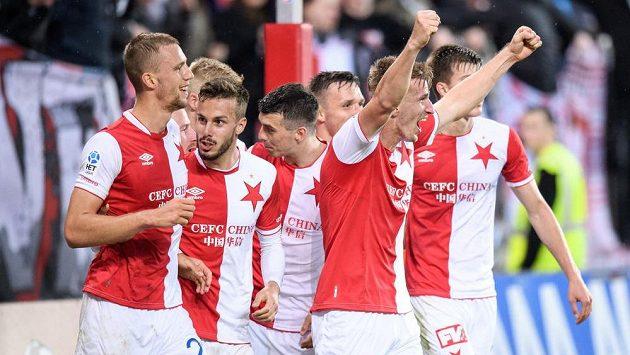 Jakub Jugas ze Slavie se spoluhráči oslavuje gól na 3:1 během utkání s Karvinou.