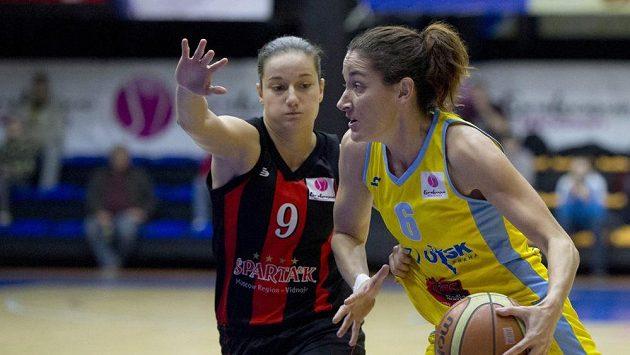 Laialu Palauovou z USK (vpravo) brání Nika Baričová ze Spartaku.