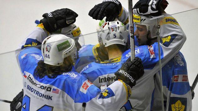 Hokejisté Plzně se radují z gólu proti Zlínu v úvodním finále extraligy.