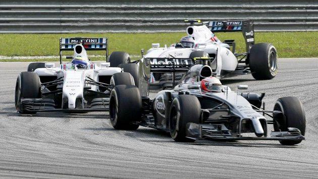 Dán Kevin Magnussen z McLarenu (vpravo) před dvěma vozy stáje Williams Felipe Massou z Brazílie (vlevo) a Valtterim Bottasem z Finska.