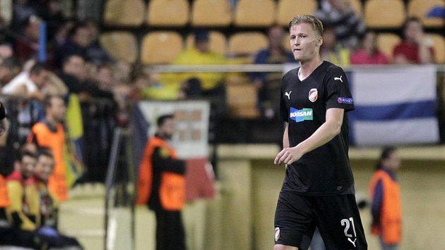 Vyloučený Václav Procházka odchází z hřiště Villarrealu.