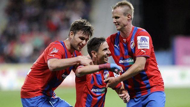 Zleva plzeňský útočník Tomáš Wágner, záložník Milan Petržela a obránce David Limberský se radují z gólu proti Teplicím.