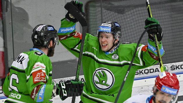 Střelec druhého gólu Mladé Boleslavi Pavel Kousal (vpravo) se raduje se spoluhráčem Ondřejem Najmanem.