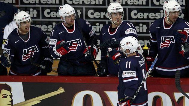 Hokejisté USA slaví gól Stephena Gionty (11) proti Německu.