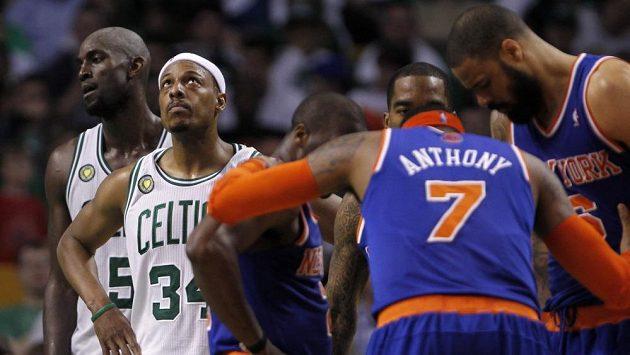 New York Knicks oslavují před zraky zklamaných bostonských Celtics postup v play off NBA.