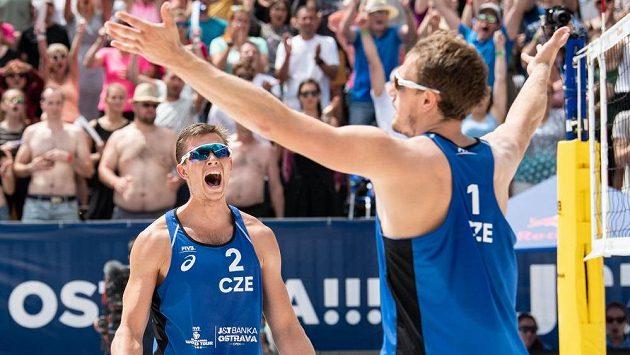 Čeští beachvolejbalisté David Schweiner (vlevo) a Ondřej Perušič.