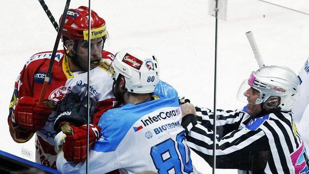 Michal Poletín ze Slavie (v červenobílém) a Nicholas Johnson z Plzně při potyčce. Teď míří slávistický hokejista k Indiánům.