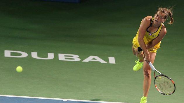 Barbora Strýcová podává během zápasu s Anou Ivanovičovou na turnaji v Dubaji.