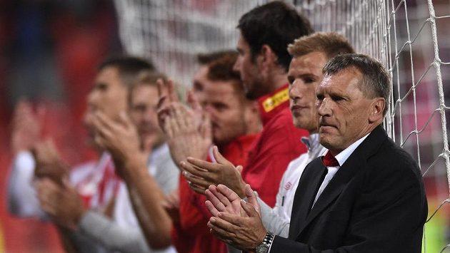Trenér Slavie Praha Miroslav Beránek (vpravo) děkuje fanouškům za podporu po utkání s Plzní.