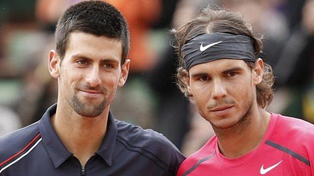 Tenisoví rivalové Novak Djokovič ze Srbska (vlevo) a Španěl Rafael Nadal.