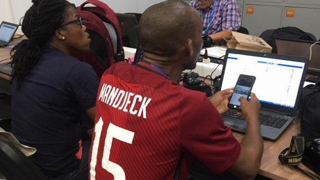 Ve sparťanském dresu a s jmenovkou Mandjeck na zádech se pohybuje po ruských stadiónech kamerunský novinář.