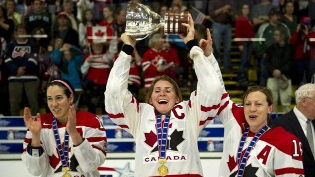 Kanadská kapitánka Hayley Wickenheiserová zdvihá nad hlavu pohár pro mistryně světa.