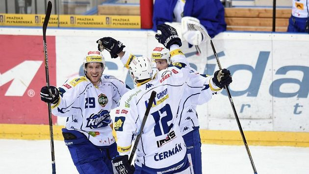 Hokejisté Brna slaví gól na ledě Slavie. Zleva útočníci Jakub Koreis, Leoš Čermák a obránce Michal Kempný.