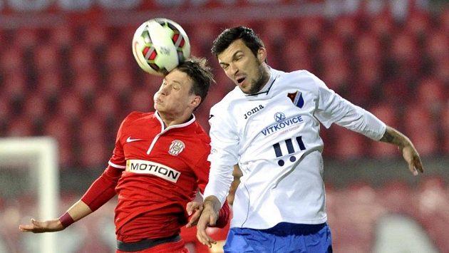 Jan Sýkora z Brna (vlevo) a Matej Sivrič z Ostravy v utkání 19. kola Synot ligy.
