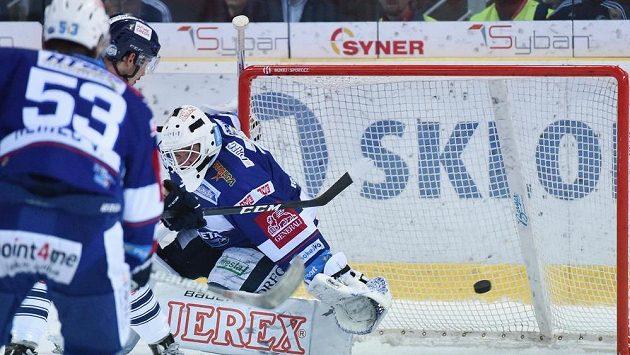 Rozhodující gól v prodloužení inkasuje brankář Brna Marek Čiliak. Druhý zleva je autor gólu Dominik Lakatoš z Liberce.