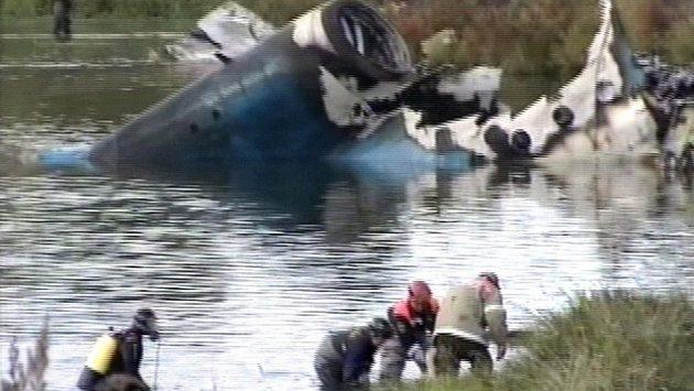 Záchranáři na snímku z ruské televize prohledávají trosky havarovaného letadla hokejistů Jaroslavle.