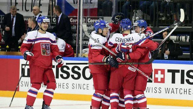 Čeští hokejisté se radují z branky proti Lotyšsku.