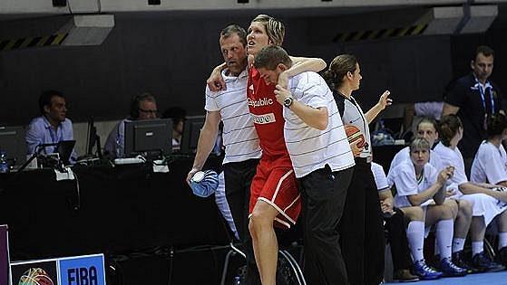 Jana Veselá opouští předčasně palubovku během úvodního duelu českých basketbalistek na ME ve Francii proti Bělorusku.