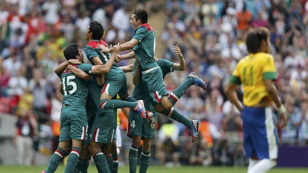 Fotbalisté Mexika se radují, ve finále olympijského turnaje porazili Brazilce.