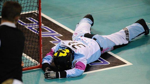 Zdrcená lotyšská brankářka Ilga Jekabsoneová poté, co inkasovala sedmý gól.