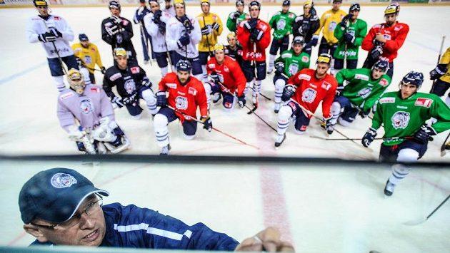 Trenér libereckého extraligového hokejového týmu Pavel Hynek s hráči na prvním tréninku na ledové ploše před nadcházející sezónou.