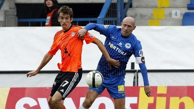 Liberecký Štajner (vpravo) a Hořava z Olomouce v boji o míč.