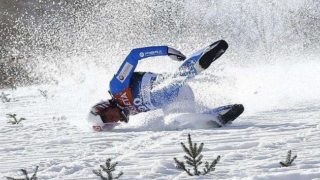 Těžký pád norského skokana na lyžích Daniela Andreho Tandeho poznamenal v Planici zkušební kolo před dnešním závodem Světového poháru v letech.
