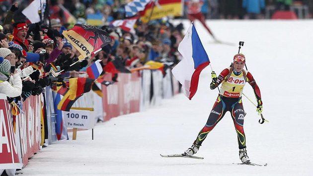Gabriela Soukalová slaví spolu s fanoušky v cílové rovince stíhacího závodu SP v Ruhpoldingu.