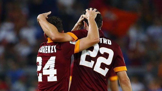 Fotbalisté AS Řím Mattia Destro (vpravo) a Alessandro Florenzi se radují z gólu.