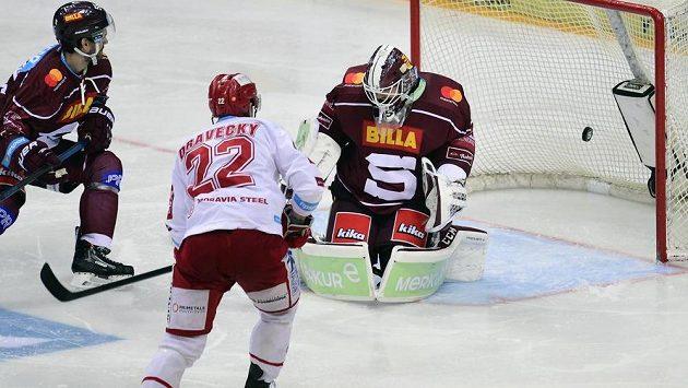 Vladimír Dravecký z Třince překonává Matěje Machovského v brance Sparty. Vlevo přihlíží obránce pražského klubu Jeremie Ouellet-Blain.
