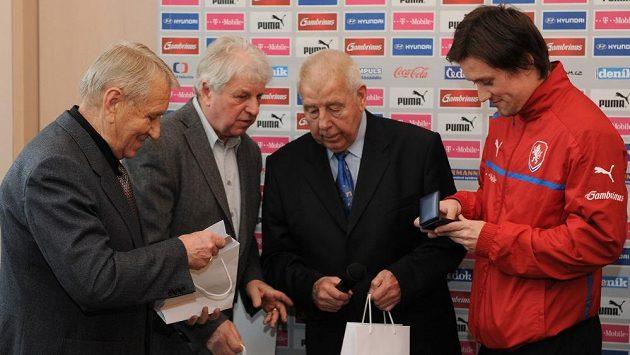 Stříbrní fotbalisté z MS Chile 1962 (zleva) Josef Jelínek, Václav Mašek, Josef Masopust a kapitán národního týmu Tomáš Rosický.